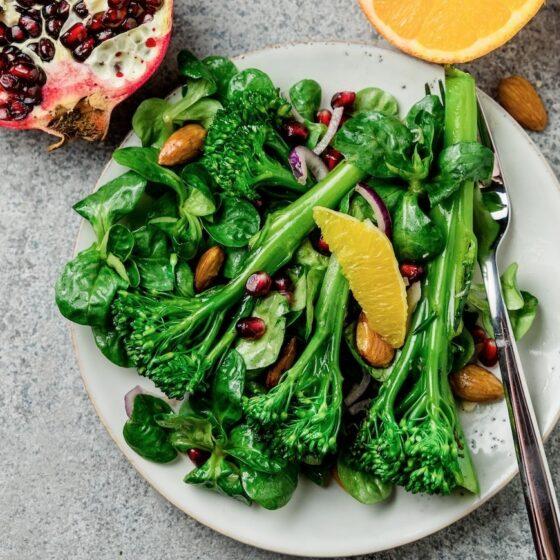Lauwarmer Bimi@ Brokkoli-Salat mit Granatapfelkernen und Orangendressing