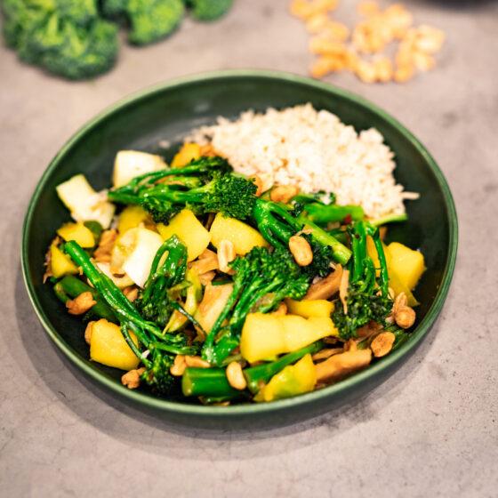 Aziatische wok met vega kip, Bimi® broccoli, mango en pinda's