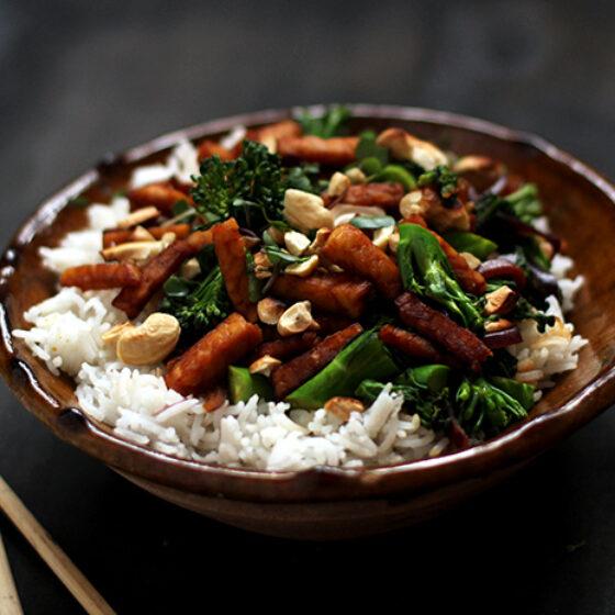Indische wok met Bimi® broccoli, cashewnoten en tempeh