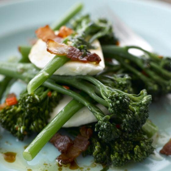 Bimi® brócoli sobre cama de bacon, mozzarella y albahaca