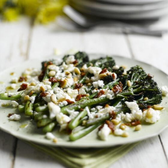 Bimi® brócoli en barbacoa con queso de cabra y tomate