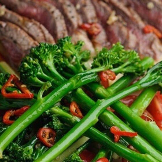 Solomillo de ternera con ensalada de Bimi® brócoli