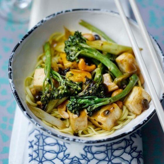 Salteado de Bimi® brócolos com tofu e caju