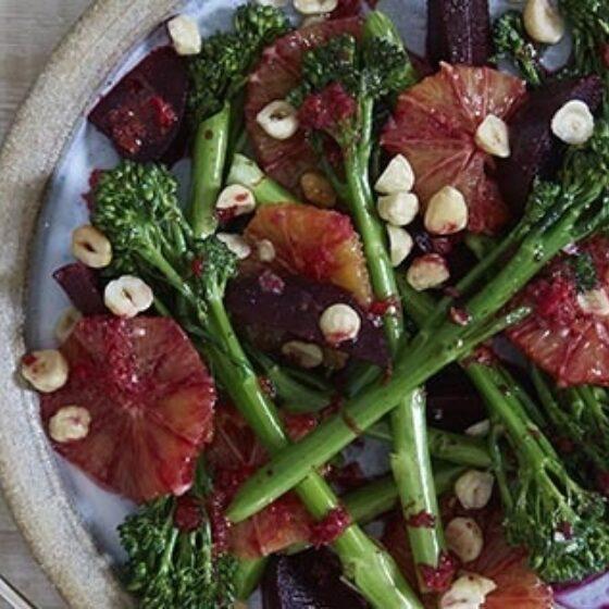 Ensalada de naranja sanguina, remolacha, Bimi® brócoli y avellana con vinagreta de chile