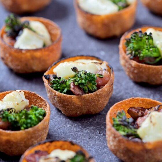 Canapés de Bimi® brócoli con bacon, champiñones y queso brie