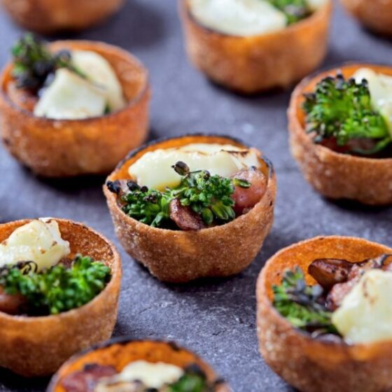 Canapés de Bimi® brócolos com bacon, cogumelos e queijo brie