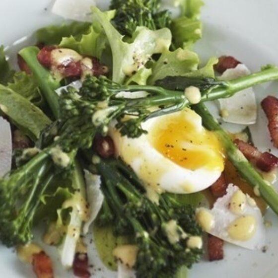 Ensalada de Bimi® brócoli huevo y bacon