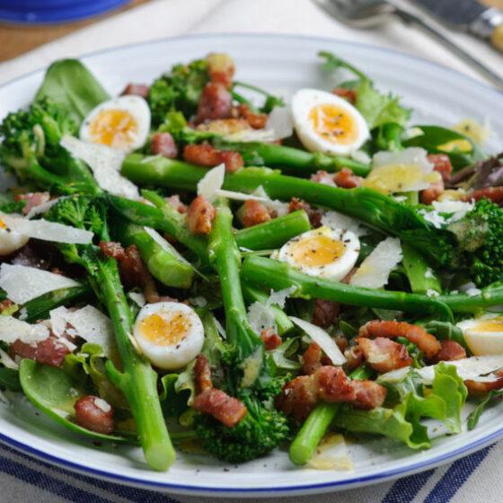 Ensalada tibia de Bimi® brócoli con tocino