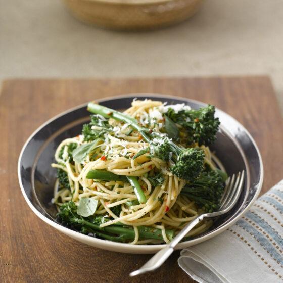 Esparguete com Bimi® brócolos, alho e chili
