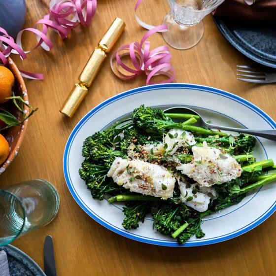 Peixe branco frito com brócolos Bimi®, ervas e trigo sarraceno assado