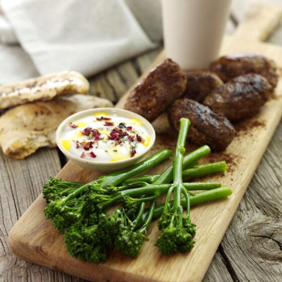 Lamkoftas met Bimi® broccoli en yoghurtdipsaus