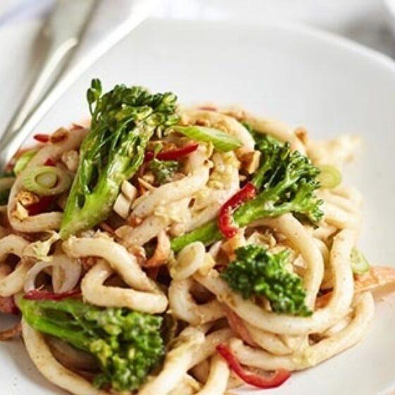 Noodles satay con Bimi® brócoli al cacahuete