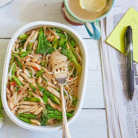 Vegetarische Bimi® broccoli ramen noedels met lente-ui en spinazie