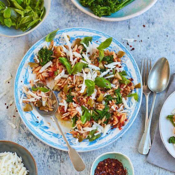 Eenpansgerecht met orzo, halloumi en Bimi® broccoli