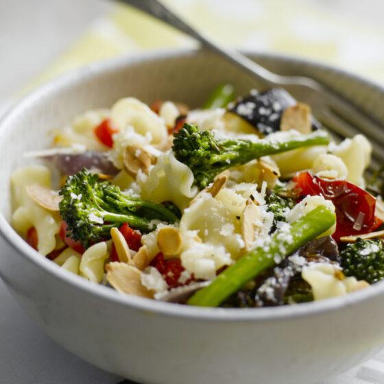 Pasta con Bimi® brócoli, verduras asadas y almendras tostadas