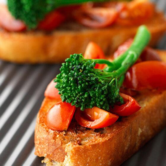 Tosta de Bimi® brócolos tomate e manjericão