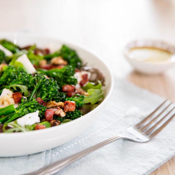 Sallad med ångkokt Bimi® broccoli, pancetta, getost och valnötter