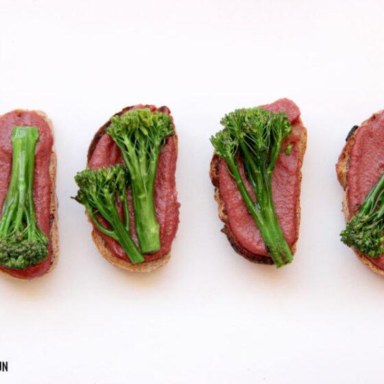 Tostas de Bimi® brócoli con hummus de remolacha