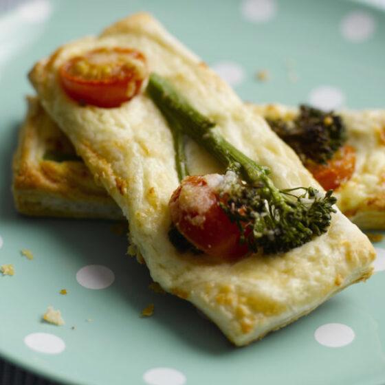 Tostas de Bimi® brócoli con requesón, y cherrys
