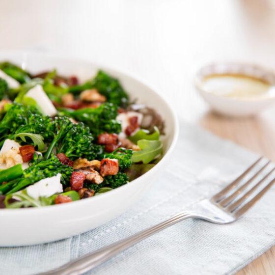 Gedämpfter Bimi® Brokkoli und Pancetta-Ziegenkäse Salat mit Walnüssen