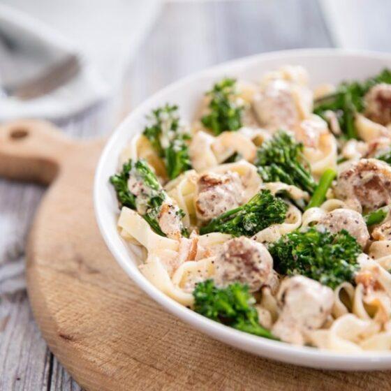 Espaguetis carbonara con Bimi® brócoli y semillas de hinojo